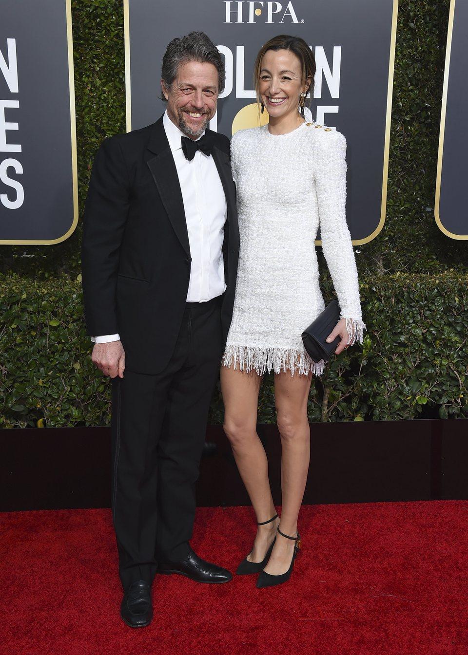 Hugh Grant y Anna Eberstein en la alfombra roja de los Globos de Oro 2019