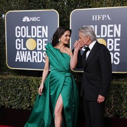 Catherine Zeta Jones y Michael Douglas en la alfombra roja de los Globos de Oro de 2019