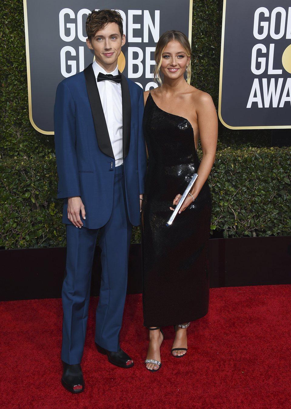 Troye Sivan y Sage Sivan en la alfombra roja de los Globos de Oro 2019