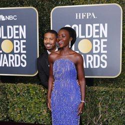 Michael B. Jordan y Lupita Nyong'o en la alfombra roja de los Globos de Oro 2019