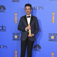 Justin Hurwitz posando con su Globo de Oro