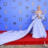Lady Gaga posando con el Globo de Oro a Mejor canción