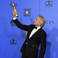 Michael Douglas posa con su Globo de Oro