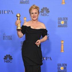 Patricia Arquette posando con su Globo de Oro