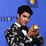 Darren Criss posa junto a su Globo de Oro