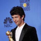 Ben Whishaw posa con su Globo de Oro