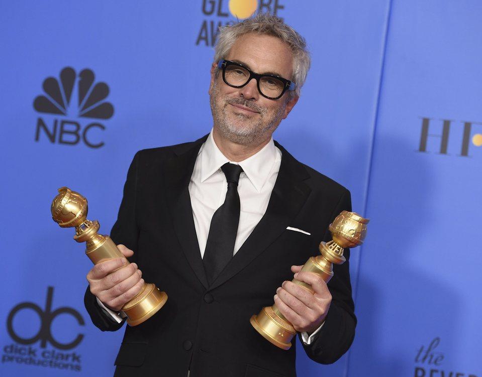 Alfonso Cuarón posa con dos Globos de Oro
