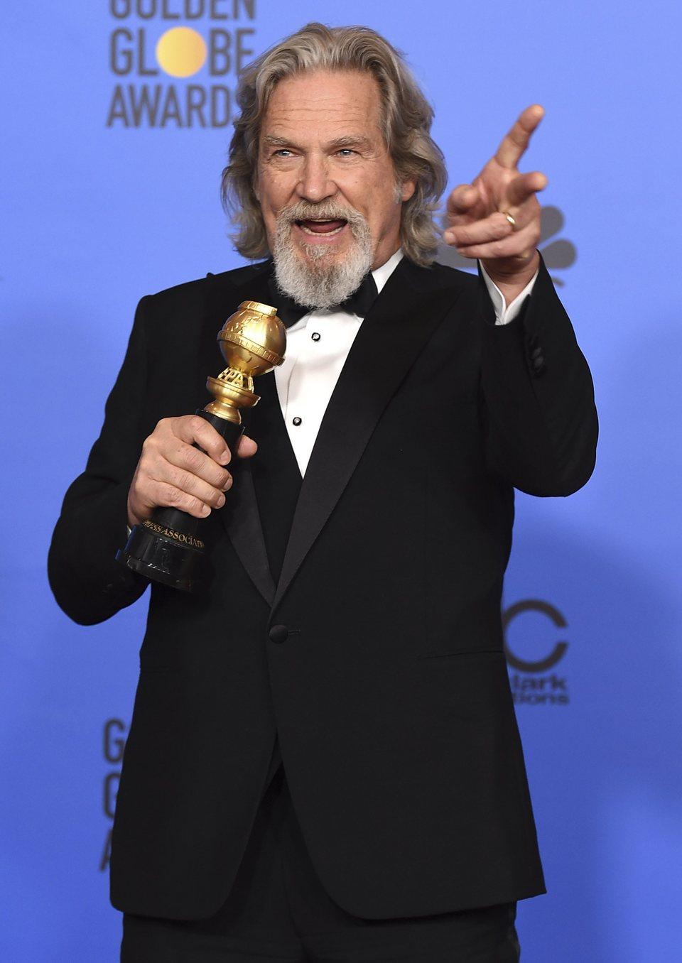 Jeff Bridges posa con su premio Cecil B. DeMille