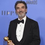 Chuck Lorre posa con el Globo de Oro a Mejor serie de televisión de comedia o musical