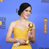 Rachel Brosnahan posa con su Globo de Oro