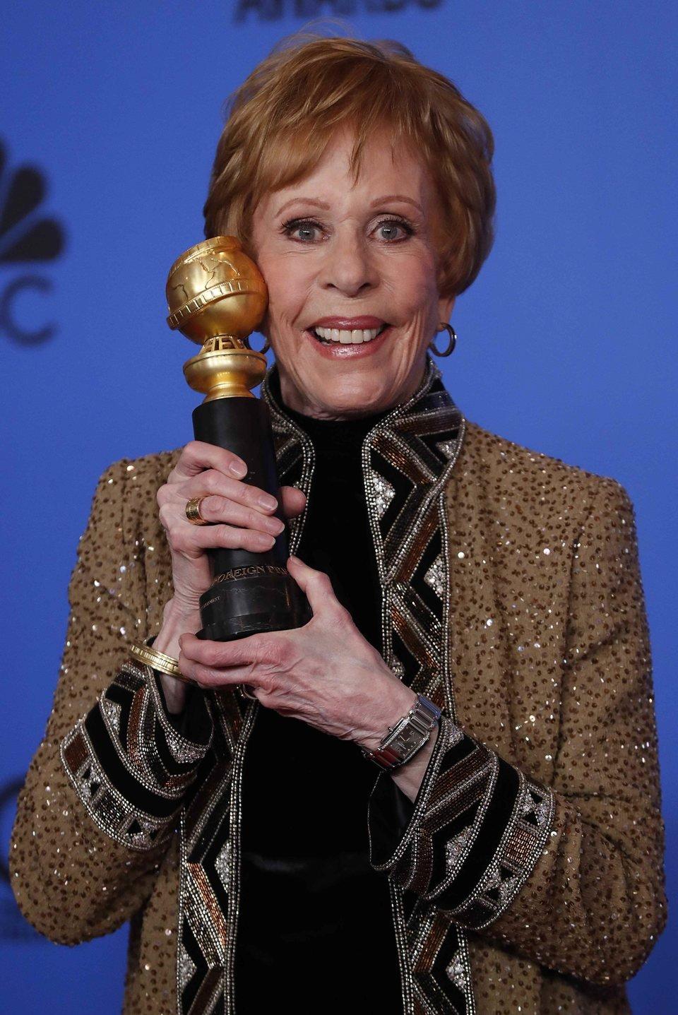 Carol Burnett posa con su  premio Carol Burnett
