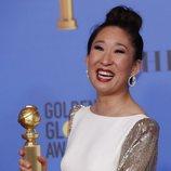 Sandra Oh con su Globo de Oro por 'Killing Eve'
