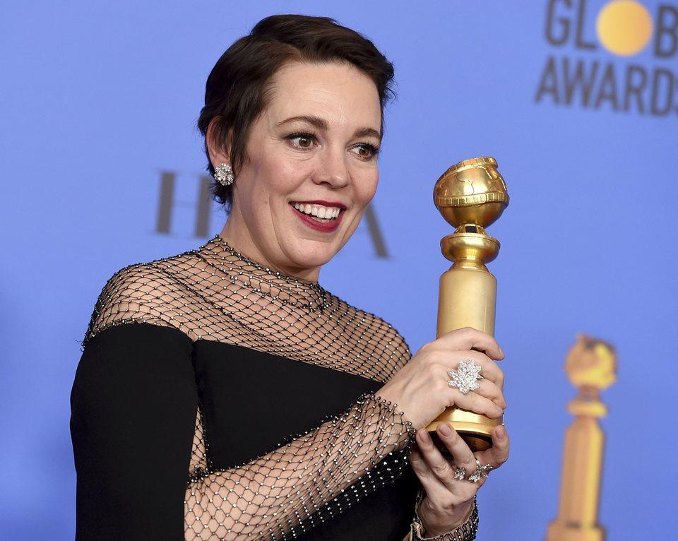 Olivia Colman posa con su Globo de Oro por 'La favorita'