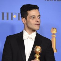 Rami Malek posa con su Globo de Oro