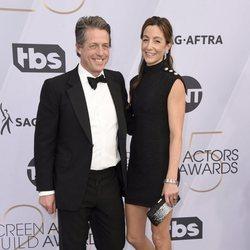 Hugh Grant y Anna Elisabet Eberstein en la alfombra roja de los premios SAG 2019