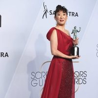 Sandra Oh posa con su premio en los SAG 2019