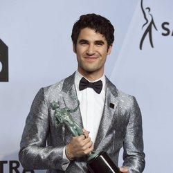 Darren Criss con su premio en los SAG 2019