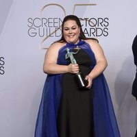 Chrissy Metz con el premio SAG al elenco de 'This Is Us'