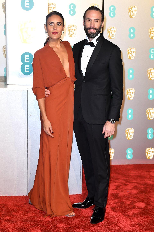 Joseph Fiennes y Maria Dolores Dieguez en la alfombra roja de los BAFTA 2019