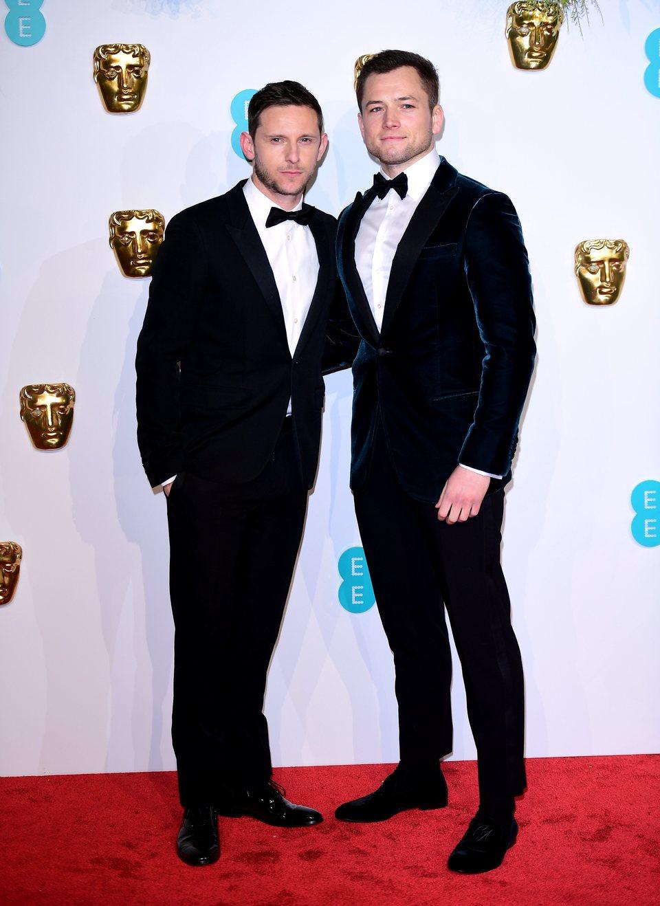 Jamie Bell y Taron Egerton en la alfombra roja de los BAFTA 2019