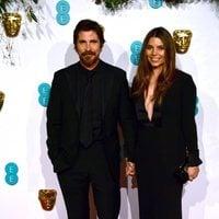 Christian Bale y Sibi Blazic en la alfombra roja de los BAFTA 2019
