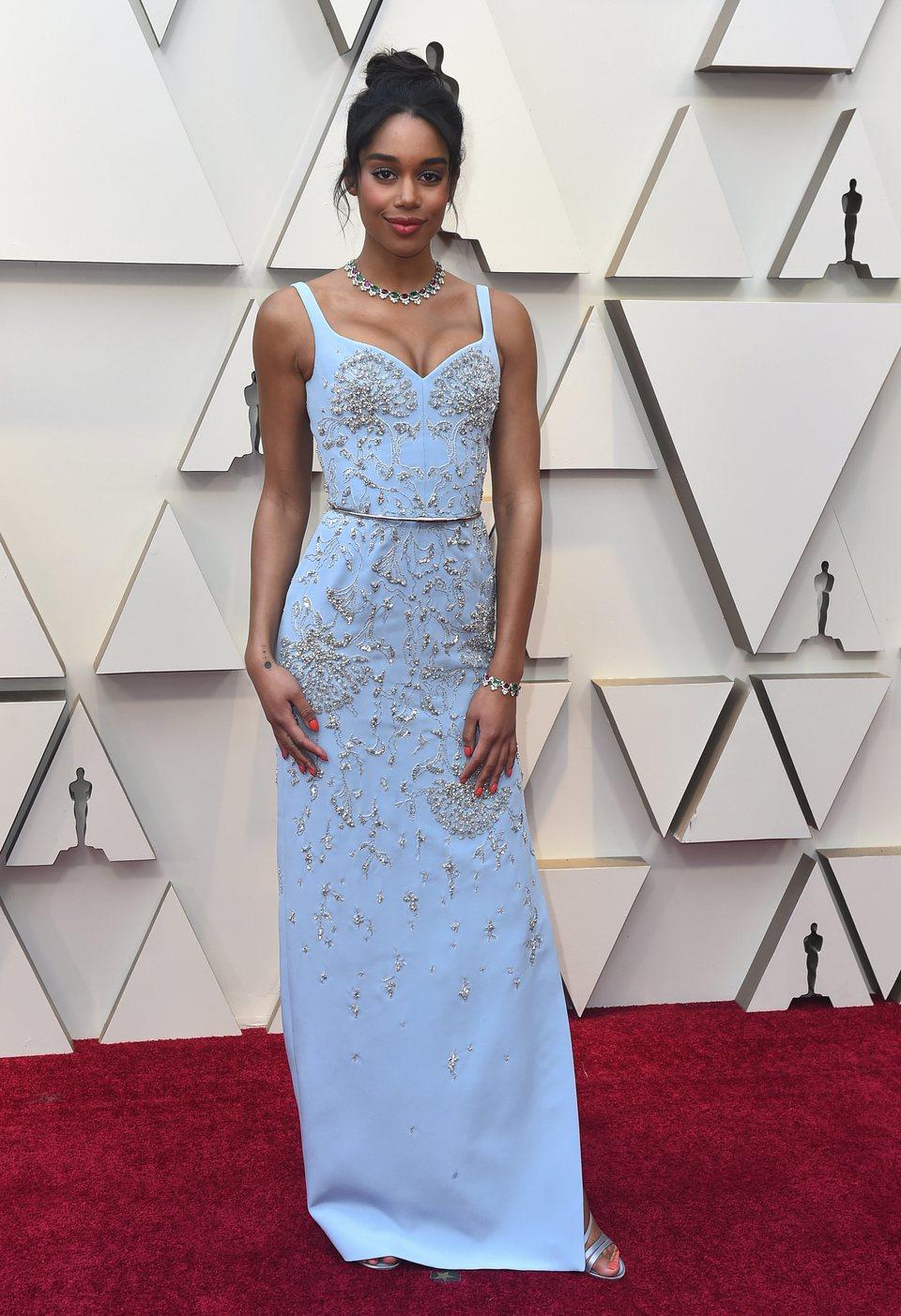 Laura Harrier en la alfombra roja de los Oscar 2019