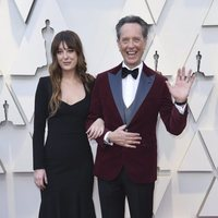 Richard E. Grant y Olivia Grant en la alfombra roja de los Oscar 2019