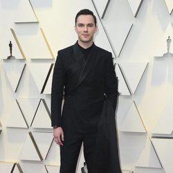 Nicholas Hoult en la alfombra roja de los Oscar 2019
