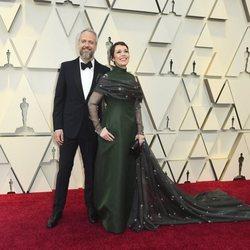 Olivia Colman y Ed Sinclair en la alfombra roja de los Oscar 2019