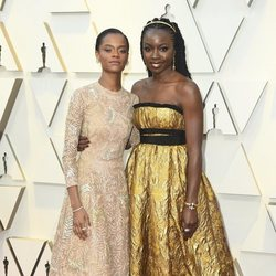 Letitia Wright y Danai Gurira en la alfombra roja de los Oscar 2019