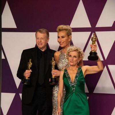 Los ganadores del Oscar a mejor maquillaje y peluquería por 'El vicio del poder' posan con sus Oscars