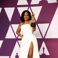 Regina King posa con su Oscar