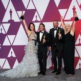 Los ganadores del Oscar a mejor documental posan con sus Oscars