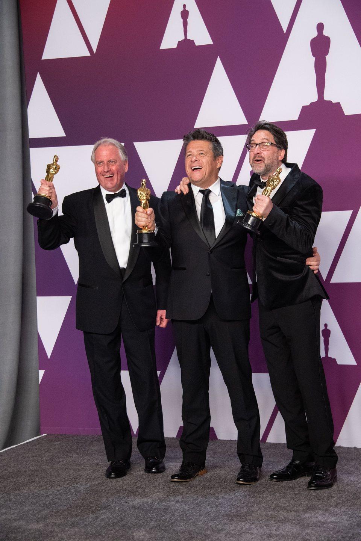 Los ganadores del Oscar a mejor mezcla de sonido por 'Bohemian Rhapsody' posan con sus Oscars