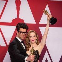 Los ganadores del Oscar a mejor cortometraje por 'Skin' posan con sus Oscars