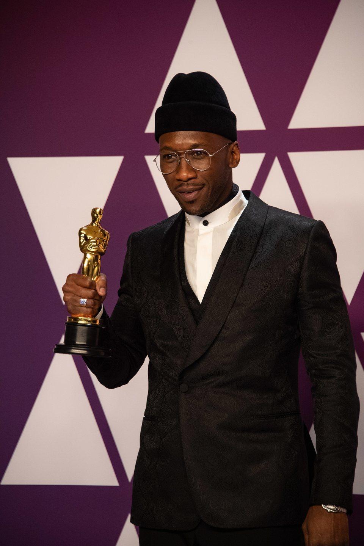 Mahershala Ali posa con su Oscar