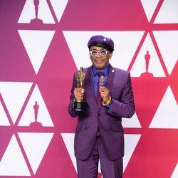 Spike Lee posa con su Oscar