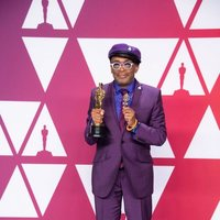 Spike Lee posa con su Oscar