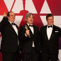 Los ganadores del Oscar a mejor guion original por 'Green Book' posan con sus Oscars