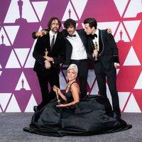 Los ganadores del Oscar a mejor canción por 'Shallow' posan con sus Oscars