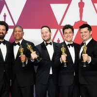 Los ganadores del Oscar a mejor película de animación por 'Spiderman: un nuevo universo' posan con sus Oscars