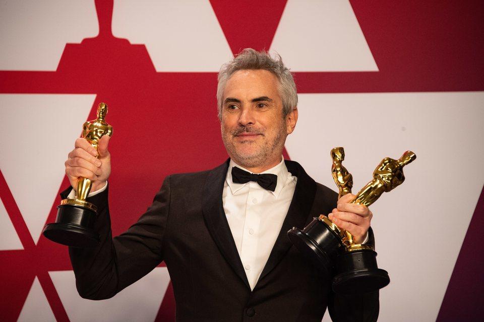 Alfonso Cuarón posa con sus tres Oscars