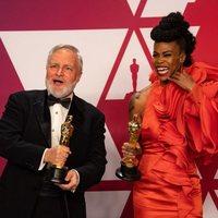 Los ganadores del Oscar a mejor diseño de producción posan con sus Oscars
