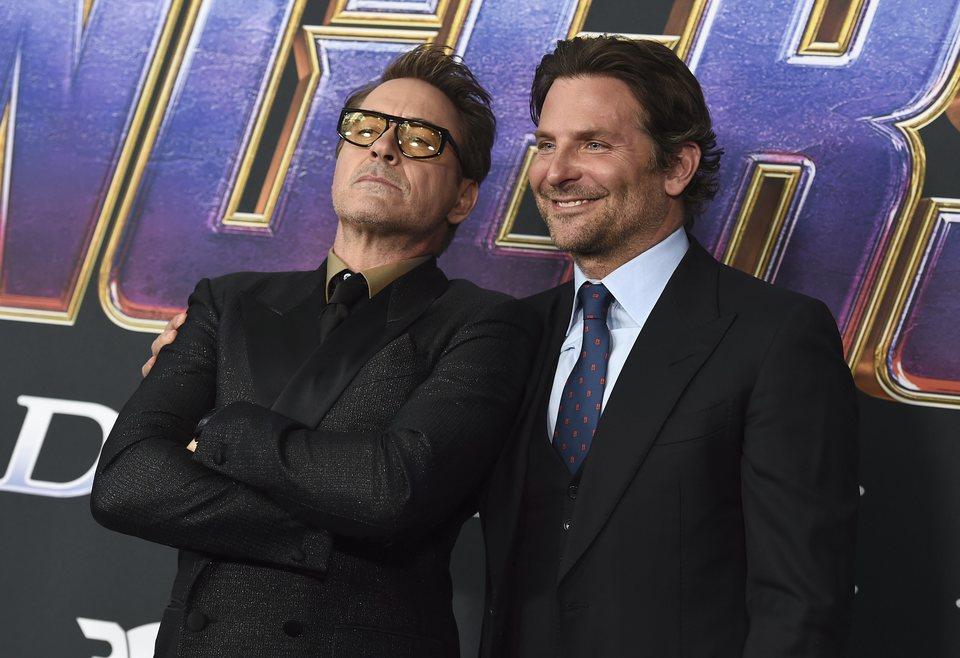 Robert Downey Jr y Bradley Cooper en la alfombra roja de 'Vengadores: Endgame'
