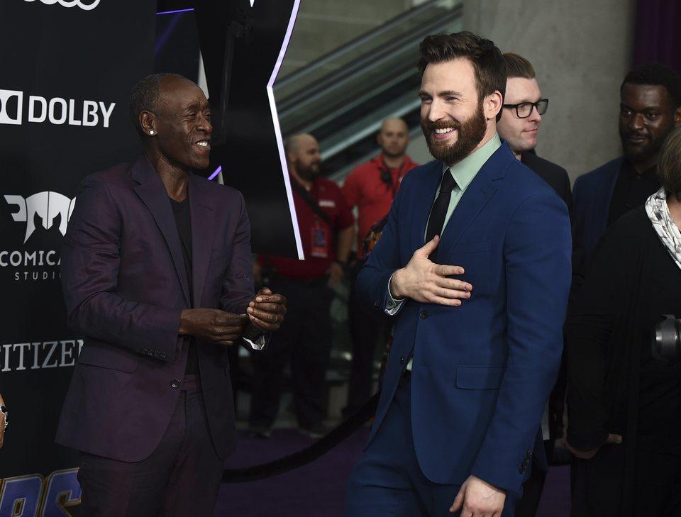 Don Cheadle y Chris Evans en la alfombra roja de 'Vengadores: Endgame'