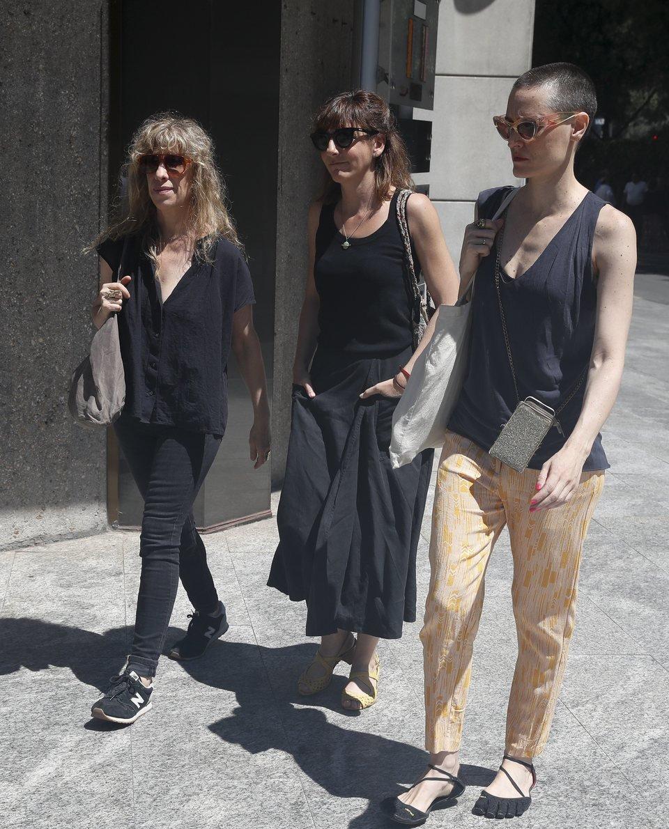 Nathalie Seseña, Malena Alterio y Laura Pamplona acuden al tanatorio por la muerte de Eduardo Gómez