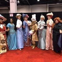 Fans disfrazadas de princesas Disney victorianas con Lumiere