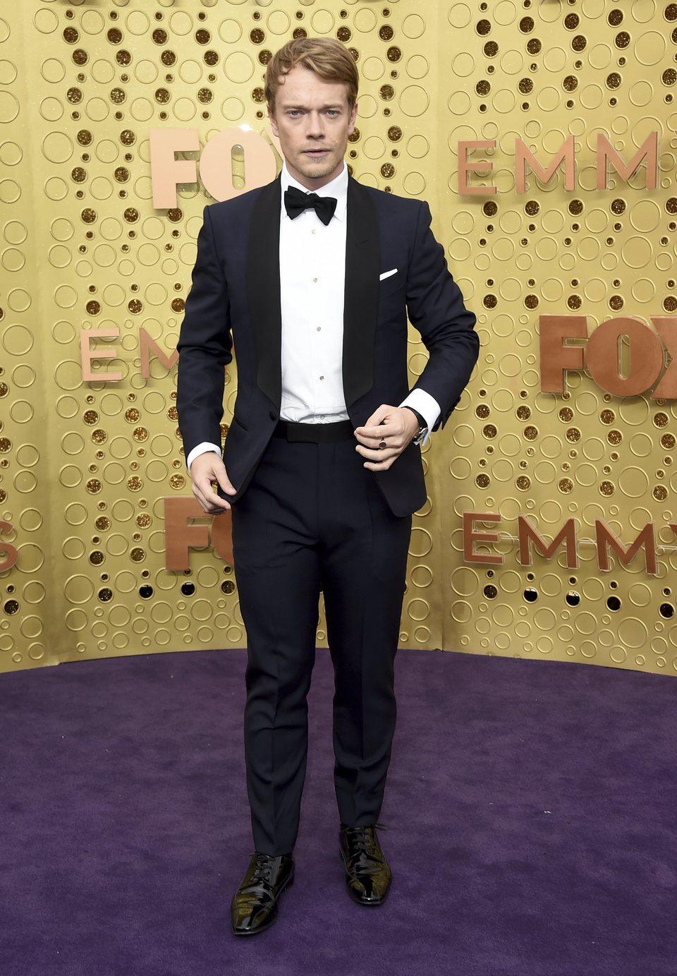 Alfie Allen en la alfombra roja de los Emmy 2019