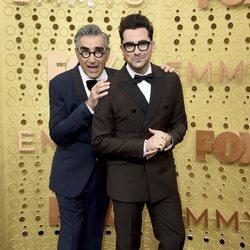 Eugene Levy y Dan Levy en la alfombra roja de los Emmy 2019