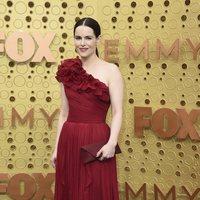 Emily Hampshire en la alfombra roja de los premios Emmy 2019